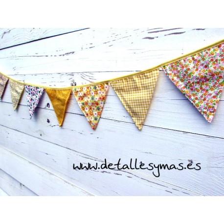Banderines de tela amarillos