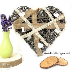 Corazón de ramas y arpillera