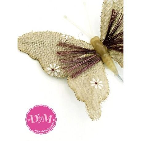Mariposa de lino con flores