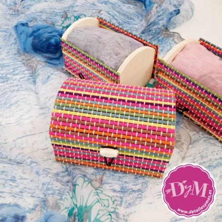 Pañuelo modelo Rosas en baúl de rayas